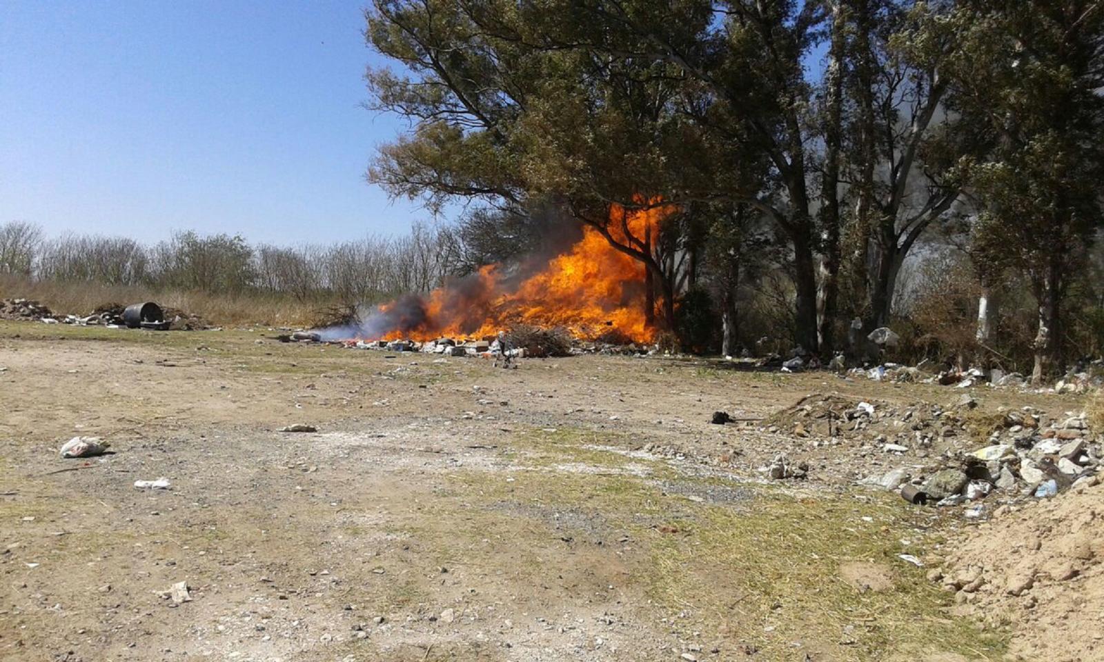 Incendio de basural en Empalme entre la Ruta Pcial. Nº5 y la C 45.