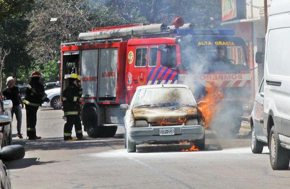 Se incendió el motor de un auto